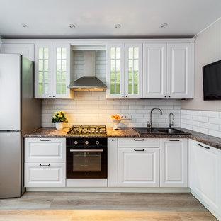 Удачное сочетание для дизайна помещения: угловая кухня в классическом стиле с накладной раковиной, фасадами с выступающей филенкой, белыми фасадами, белым фартуком, фартуком из плитки кабанчик, светлым паркетным полом, бежевым полом и коричневой столешницей - самое интересное для вас