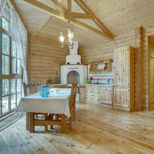 Стильный дизайн: угловая кухня в стиле рустика с обеденным столом, плоскими фасадами, светлыми деревянными фасадами, разноцветным фартуком, техникой под мебельный фасад, светлым паркетным полом, бежевым полом и белой столешницей без острова - последний тренд