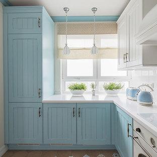 Новые идеи обустройства дома: отдельная, п-образная кухня в морском стиле с фасадами с утопленной филенкой, синими фасадами и белой столешницей