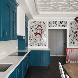 Создайте стильный интерьер: угловая кухня-гостиная в стиле современная классика с врезной раковиной, фасадами с утопленной филенкой, синими фасадами, белым фартуком, темным паркетным полом, коричневым полом и белой столешницей без острова - последний тренд