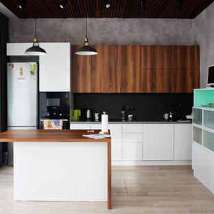 Источник вдохновения для домашнего уюта: прямая кухня среднего размера в современном стиле с врезной раковиной, плоскими фасадами, черным фартуком, черной техникой, полом из винила, островом, бежевым полом, белыми фасадами и серой столешницей