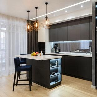 Удачное сочетание для дизайна помещения: линейная кухня-гостиная в современном стиле с плоскими фасадами, черными фасадами, серым фартуком, фартуком из стекла, светлым паркетным полом, островом, бежевым полом и белой столешницей - самое интересное для вас