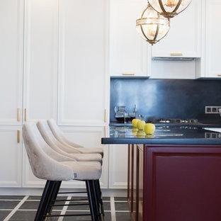 Свежая идея для дизайна: кухня в стиле современная классика с фасадами с утопленной филенкой, белыми фасадами, черным фартуком и островом - отличное фото интерьера