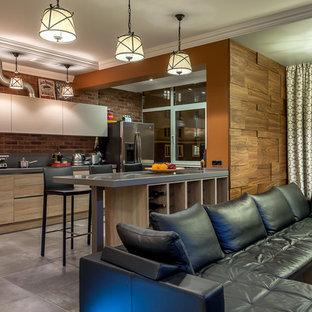На фото: угловые кухни-гостиные в современном стиле с плоскими фасадами, коричневым фартуком и полуостровом