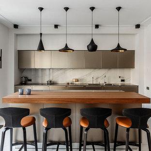Неиссякаемый источник вдохновения для домашнего уюта: прямая кухня в современном стиле с плоскими фасадами, белым фартуком, островом, белым полом, коричневой столешницей, двойной раковиной, серыми фасадами, деревянной столешницей, фартуком из мрамора и мраморным полом