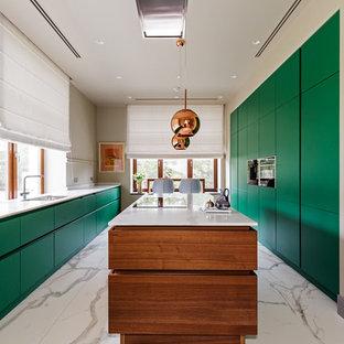 Свежая идея для дизайна: параллельная кухня в современном стиле с одинарной раковиной, плоскими фасадами, зелеными фасадами, мраморным полом, островом, белым полом и белой столешницей - отличное фото интерьера