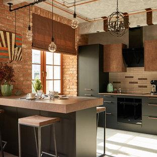 Стильный дизайн: линейная кухня в стиле лофт с накладной раковиной, плоскими фасадами, черными фасадами, бежевым фартуком, черной техникой и островом - последний тренд