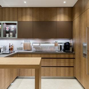 モスクワのモダンスタイルのおしゃれなキッチン (フラットパネル扉のキャビネット、濃色木目調キャビネット、コンクリートカウンター、白いキッチンパネル、パネルと同色の調理設備、白い床) の写真