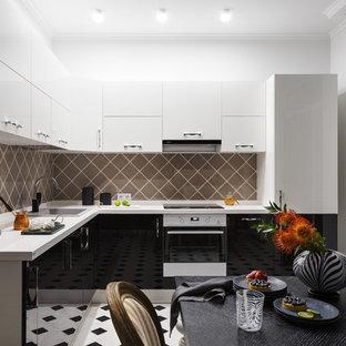 Пример оригинального дизайна: угловая кухня в современном стиле с обеденным столом, накладной раковиной, плоскими фасадами, белой техникой, черными фасадами, коричневым фартуком, фартуком из керамогранитной плитки и разноцветным полом без острова
