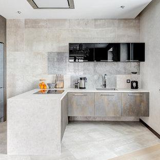 Стильный дизайн: угловая кухня в современном стиле с столешницей из бетона, врезной раковиной, плоскими фасадами, серым фартуком, полуостровом, серым полом и серой столешницей - последний тренд