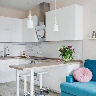 На фото: п-образные кухни-гостиные в скандинавском стиле с накладной раковиной, плоскими фасадами, белыми фасадами, белым фартуком и белой техникой без острова