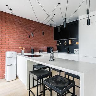 Неиссякаемый источник вдохновения для домашнего уюта: п-образная кухня в стиле лофт с одинарной раковиной, плоскими фасадами, черным фартуком, светлым паркетным полом, полуостровом, бежевым полом, белой столешницей и белыми фасадами