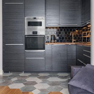モスクワの小さいコンテンポラリースタイルのおしゃれなキッチン (フラットパネル扉のキャビネット、黒いキャビネット、木材カウンター、黒いキッチンパネル、マルチカラーの床、シルバーの調理設備、アイランドなし、茶色いキッチンカウンター) の写真
