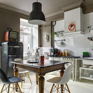 モスクワのエクレクティックスタイルのおしゃれなキッチン (ドロップインシンク、オープンシェルフ、白いキッチンパネル、サブウェイタイルのキッチンパネル、アイランドなし、黒い調理設備) の写真