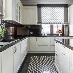 Выдающиеся фото от архитекторов и дизайнеров интерьера: отдельная, п-образная кухня в классическом стиле с накладной раковиной, фасадами в стиле шейкер, белыми фасадами, черным фартуком, техникой из нержавеющей стали, островом и разноцветным полом