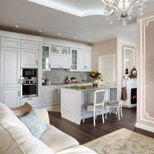 Стильный дизайн: большая прямая кухня-гостиная в классическом стиле с гранитной столешницей и островом - последний тренд
