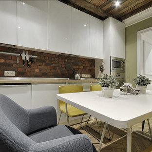 他の地域の小さいコンテンポラリースタイルのおしゃれなL型キッチン (ガラス扉のキャビネット、白いキャビネット、木材カウンター、茶色いキッチンパネル、レンガのキッチンパネル、クッションフロア、アイランドなし、ベージュの床、シルバーの調理設備) の写真