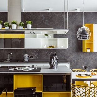На фото: кухня-гостиная в современном стиле с плоскими фасадами, белыми фасадами, серым фартуком, островом, врезной раковиной, техникой под мебельный фасад и белым полом с
