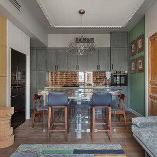 Стильный дизайн: линейная кухня-гостиная в скандинавском стиле с фартуком из кирпича, техникой из нержавеющей стали, коричневым полом и белой столешницей - последний тренд