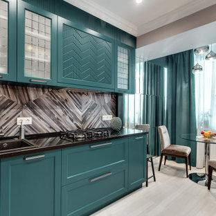 На фото: кухня в стиле современная классика с накладной раковиной, зелеными фасадами, бежевым полом, черной столешницей, обеденным столом, фасадами в стиле шейкер и разноцветным фартуком без острова с