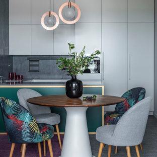 Новые идеи обустройства дома: маленькая п-образная кухня-гостиная в современном стиле с врезной раковиной, плоскими фасадами, серыми фасадами, столешницей из кварцевого композита, разноцветным фартуком, полом из винила, полуостровом, серым полом и разноцветной столешницей