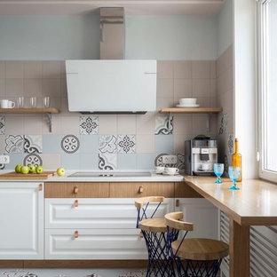 Создайте стильный интерьер: угловая кухня в скандинавском стиле с фасадами с выступающей филенкой, разноцветным фартуком, разноцветным полом, белыми фасадами и белой столешницей - последний тренд