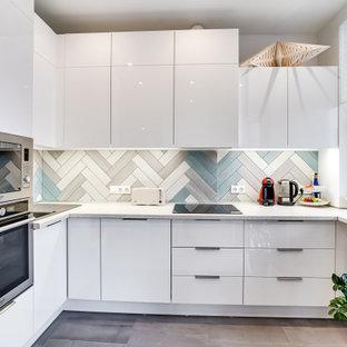 Свежая идея для дизайна: кухня в современном стиле с накладной раковиной, плоскими фасадами, белыми фасадами, разноцветным фартуком, техникой из нержавеющей стали, серым полом и белой столешницей - отличное фото интерьера