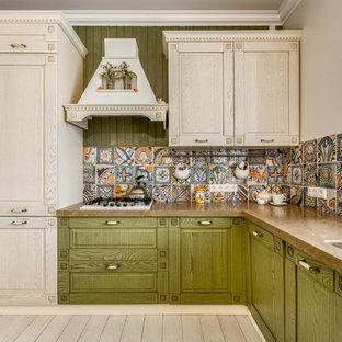 Ispirazione per una cucina a L country con lavello sottopiano, ante verdi, paraspruzzi multicolore, ante con bugna sagomata e elettrodomestici bianchi