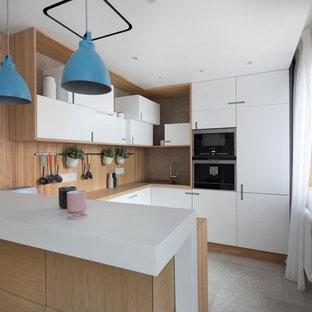 Идея дизайна: п-образная кухня-гостиная в современном стиле с плоскими фасадами, белыми фасадами, коричневым фартуком, фартуком из дерева, техникой из нержавеющей стали, полуостровом, серым полом и белой столешницей
