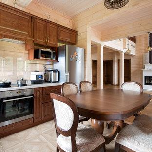 モスクワの中サイズのカントリー風おしゃれなキッチン (アンダーカウンターシンク、レイズドパネル扉のキャビネット、茶色いキャビネット、人工大理石カウンター、ガラス板のキッチンパネル、シルバーの調理設備の、磁器タイルの床、アイランドなし、茶色い床、ベージュのキッチンカウンター) の写真