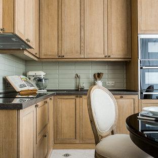 На фото: со средним бюджетом отдельные, угловые кухни среднего размера в стиле современная классика с светлыми деревянными фасадами, столешницей из акрилового камня, зеленым фартуком, фартуком из керамической плитки, монолитной раковиной, фасадами в стиле шейкер, белым полом и серой столешницей без острова