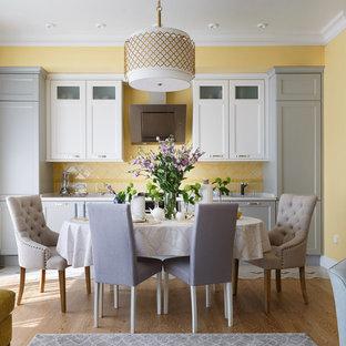 Свежая идея для дизайна: линейная кухня среднего размера в стиле современная классика с обеденным столом, врезной раковиной, серыми фасадами, столешницей из кварцевого агломерата, желтым фартуком, фартуком из керамической плитки, техникой из нержавеющей стали, полом из керамогранита, бежевым полом и фасадами с утопленной филенкой без острова - отличное фото интерьера