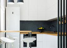 Чёрный фартук на кухне