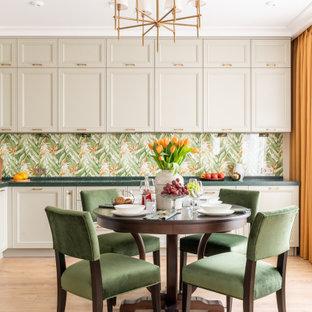 Diseño de cocina comedor en L, clásica renovada, sin isla, con armarios con paneles empotrados, puertas de armario beige, salpicadero multicolor, electrodomésticos de acero inoxidable, suelo de madera clara, suelo beige y encimeras verdes