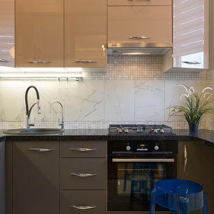 Свежая идея для дизайна: отдельная, п-образная кухня среднего размера в стиле современная классика с накладной раковиной, плоскими фасадами, бежевыми фасадами, белым фартуком, черной техникой и черной столешницей без острова - отличное фото интерьера