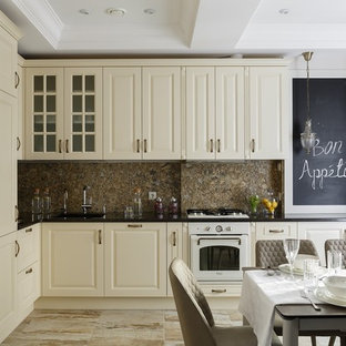 Стильный дизайн: отдельная, угловая кухня в стиле современная классика с фасадами с выступающей филенкой, белыми фасадами, коричневым фартуком, белой техникой, бежевым полом и черной столешницей без острова - последний тренд