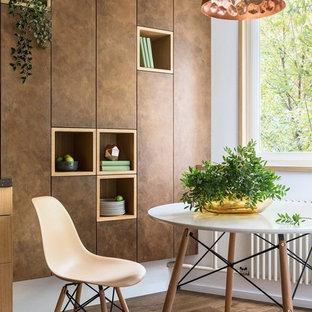 На фото: кухни в современном стиле с коричневым полом