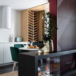 Свежая идея для дизайна: кухня в современном стиле с плоскими фасадами, белыми фасадами, белым фартуком, коричневым полом и белой столешницей - отличное фото интерьера