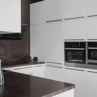 Пример оригинального дизайна: п-образная кухня среднего размера в современном стиле с обеденным столом, плоскими фасадами, белыми фасадами, столешницей из кварцевого агломерата, коричневым фартуком, техникой из нержавеющей стали, полуостровом, коричневой столешницей и накладной раковиной