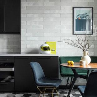 Свежая идея для дизайна: маленькая кухня в современном стиле с плоскими фасадами, черными фасадами, серым фартуком, черной техникой и серым полом без острова - отличное фото интерьера