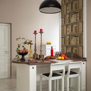 Стильный дизайн: отдельная, линейная кухня в стиле современная классика с белыми фасадами, островом и бежевым полом - последний тренд