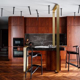 Пример оригинального дизайна: прямая кухня в современном стиле с плоскими фасадами, фасадами цвета дерева среднего тона, черным фартуком, фартуком из каменной плиты, черной техникой, паркетным полом среднего тона, коричневым полом и черной столешницей