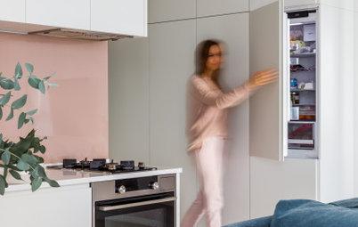 Просто фото: Когда холодильник не помещается на кухне