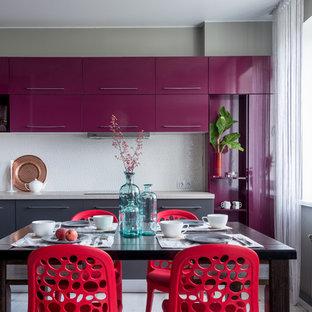 Idées déco pour une cuisine américaine contemporaine en L avec un placard à porte plane, des portes de placard violettes, une crédence blanche, aucun îlot et un sol blanc.