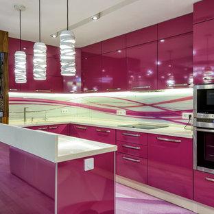 Свежая идея для дизайна: угловая кухня-гостиная в современном стиле с плоскими фасадами, разноцветным фартуком, техникой из нержавеющей стали и островом - отличное фото интерьера