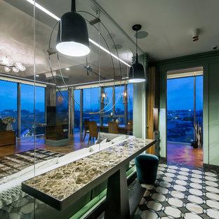 Свежая идея для дизайна: отдельная, линейная кухня в современном стиле с плоскими фасадами, темными деревянными фасадами, черной техникой и островом - отличное фото интерьера