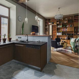 Пример оригинального дизайна: п-образная кухня-гостиная в современном стиле с накладной раковиной, плоскими фасадами, коричневыми фасадами, серым фартуком, черной техникой и серым полом без острова