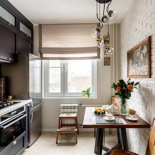 Стильный дизайн: прямая кухня в стиле современная классика с темными деревянными фасадами, бежевым фартуком, техникой из нержавеющей стали, бежевым полом, обеденным столом и фасадами в стиле шейкер без острова - последний тренд