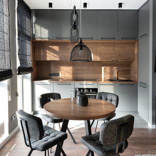 Modern inredning av ett brun brunt l-kök, med släta luckor, grå skåp och brunt stänkskydd