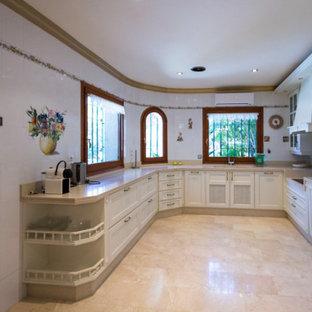 Esempio di una cucina bohémian di medie dimensioni con lavello integrato, ante con bugna sagomata, ante bianche, top in quarzo composito, paraspruzzi beige, paraspruzzi in quarzo composito, elettrodomestici bianchi, pavimento in marmo, nessuna isola, pavimento beige e top beige
